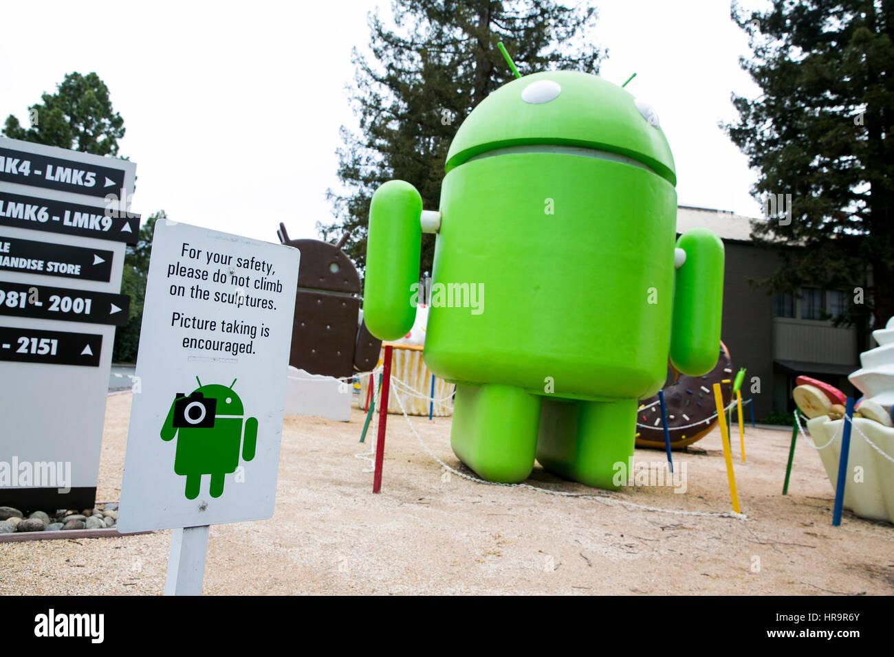 Un jardín lleno de estatuas del sistema operativo Android de Google en Mountain View, California, el 18 de febrero Foto de stock