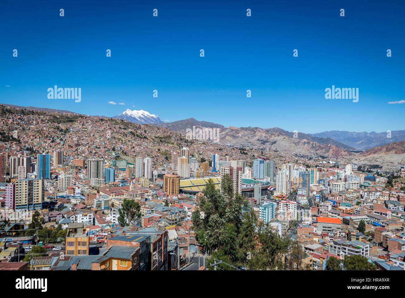 Vista panorámica de la Ciudad de La Paz con la montaña Illimani - La Paz, Bolivia Imagen De Stock