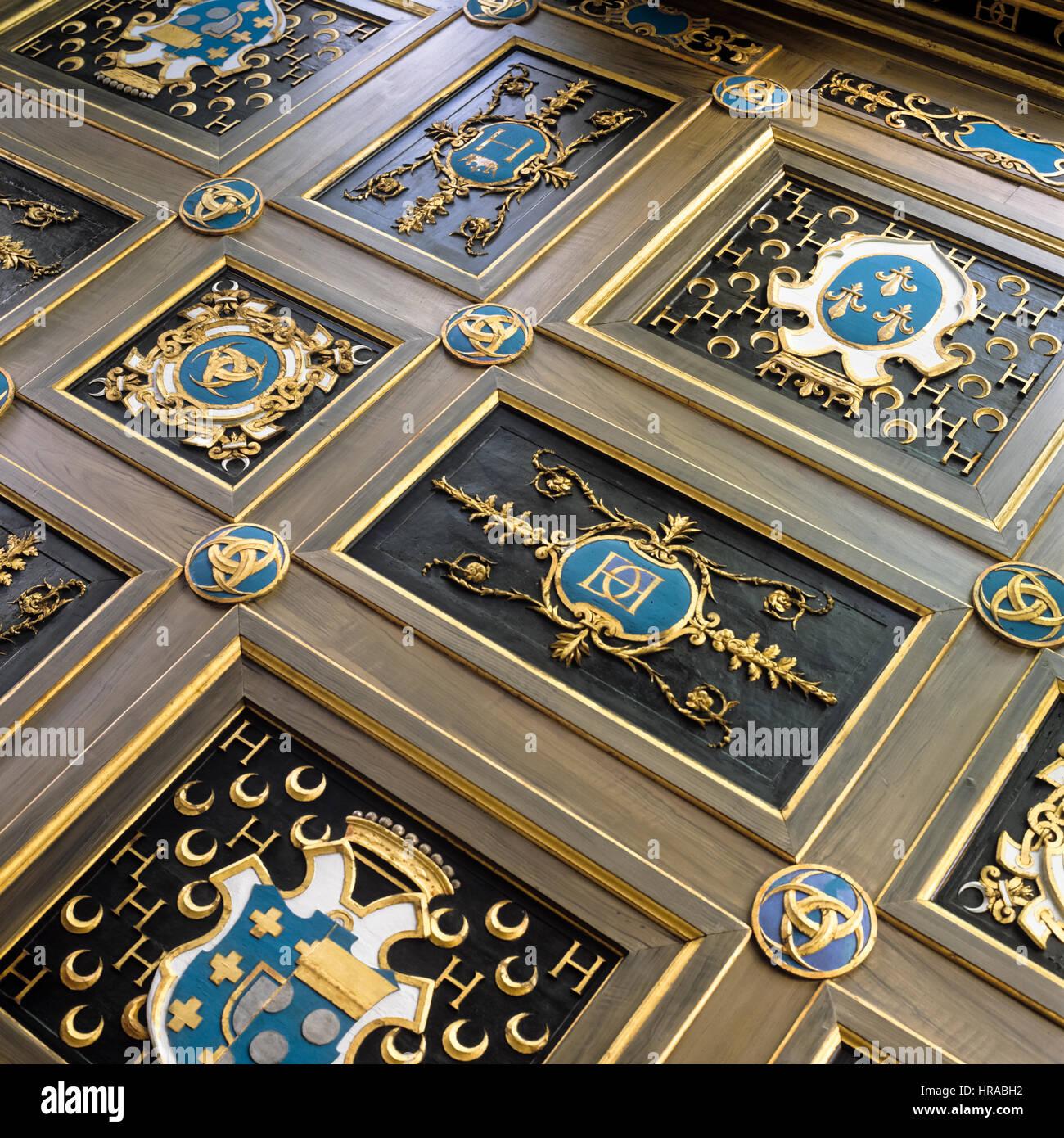 Paneles de madera con azul escudo de armas. Imagen De Stock