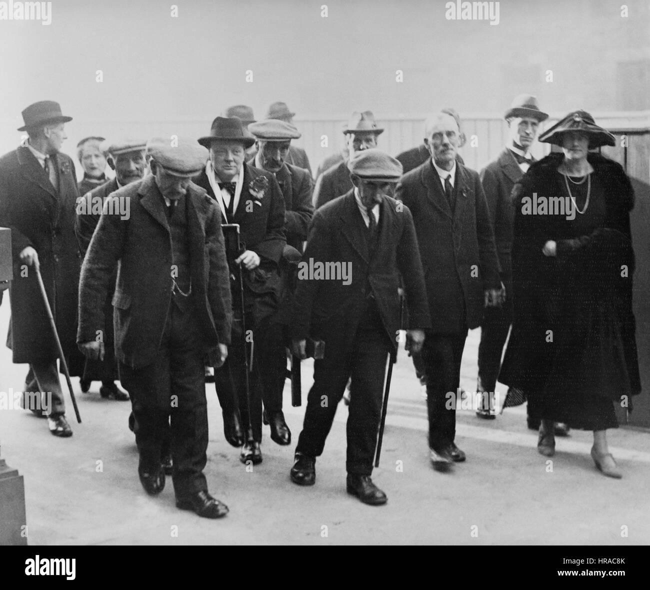 Noviembre 1922 Lady Churchill con Winston Churchill está llevando a cabo una silla en Dundee, débil después de una Foto de stock