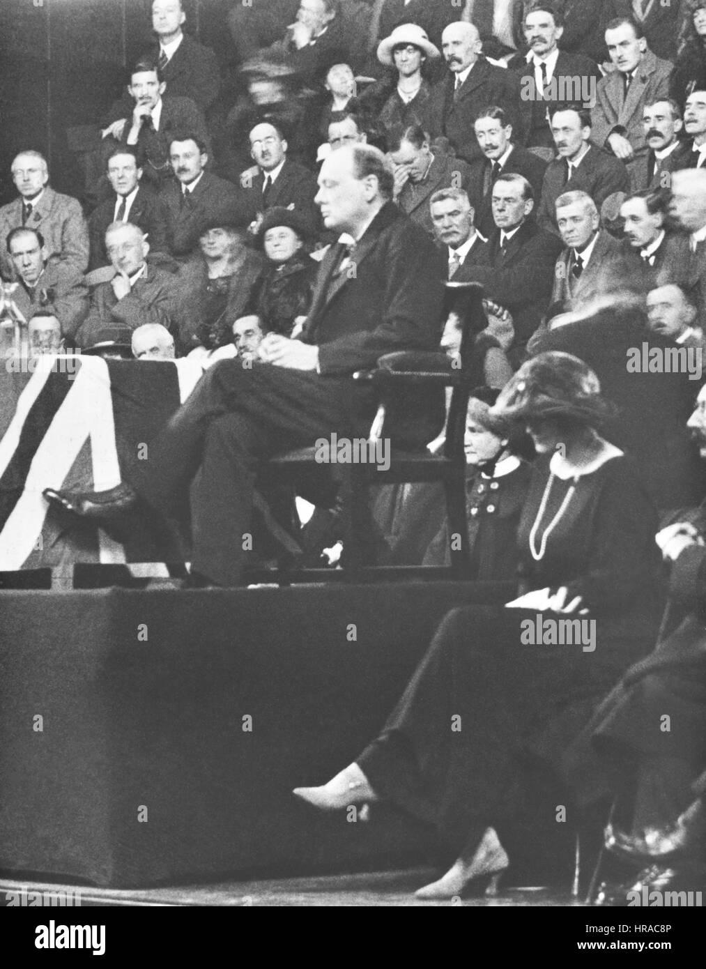 De noviembre de 1922 Campaña de Winston Churchill en Dundee, Escocia débil después de recuperarse de una operación Foto de stock