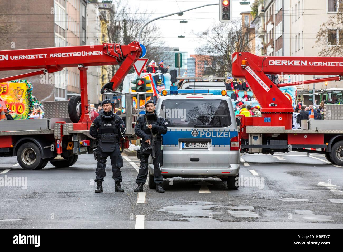 Desfile del Carnaval Alemán en Düsseldorf, policías fijan el desfile, el bloqueo de carreteras con Imagen De Stock