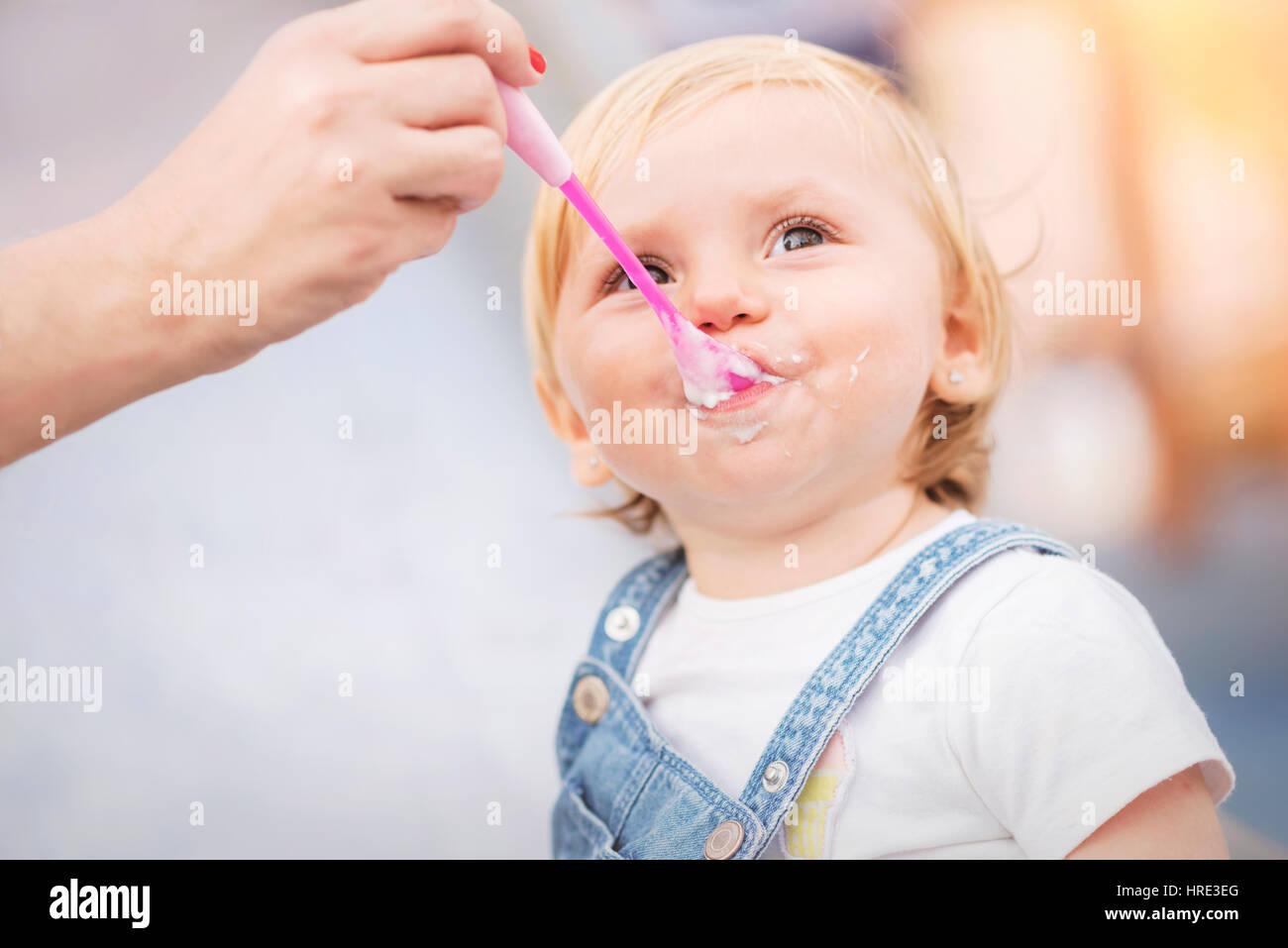 Bebé comiendo, Mamá bebé alimentación Imagen De Stock