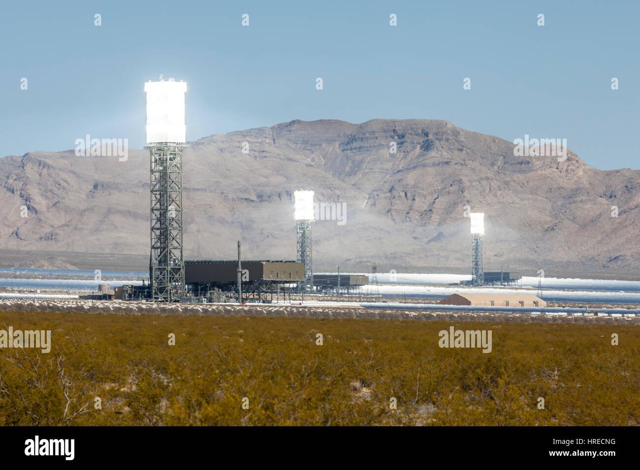 Ivanpah, California, EE.UU. - 14 de mayo de 2014: blanco caliente torres en el nuevo 392 megavatios Ivanpah operacional Imagen De Stock