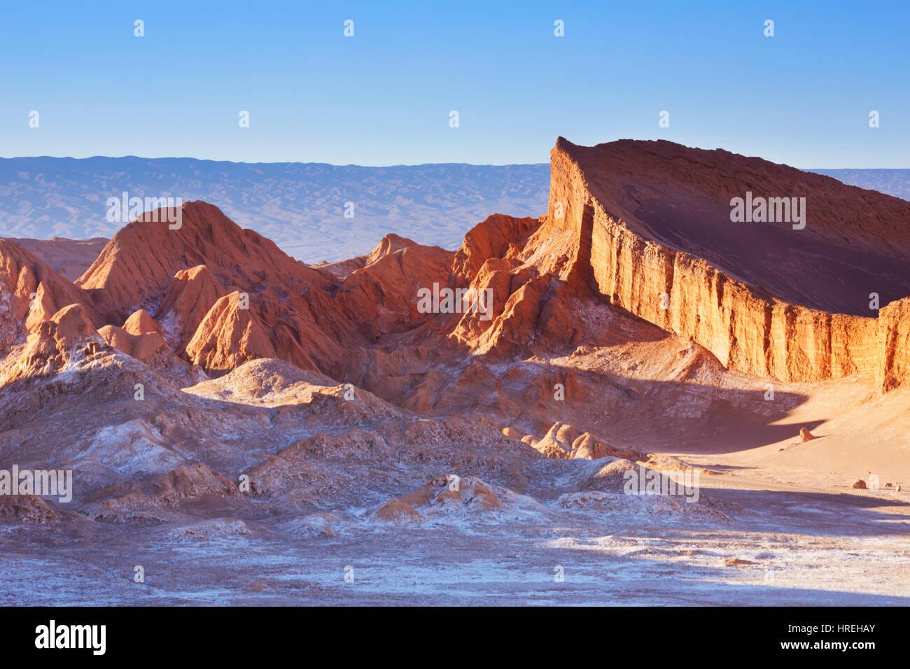Valle de la Luna en el desierto de Atacama, norte de Chile, al atardecer. Imagen De Stock