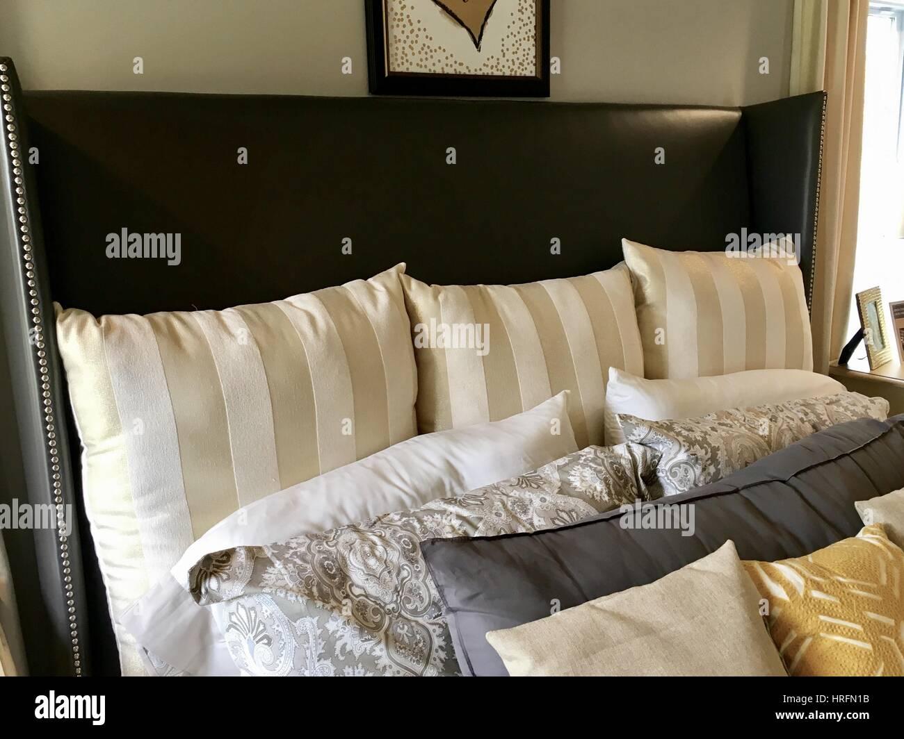 Throw Pillows Fotos e Imágenes de stock Alamy