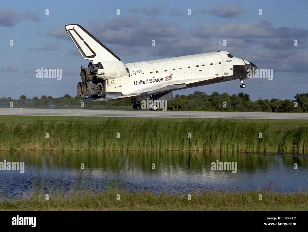 STS-86, el Transbordador Espacial Atlantis aterrizando, 1997 Imagen De Stock