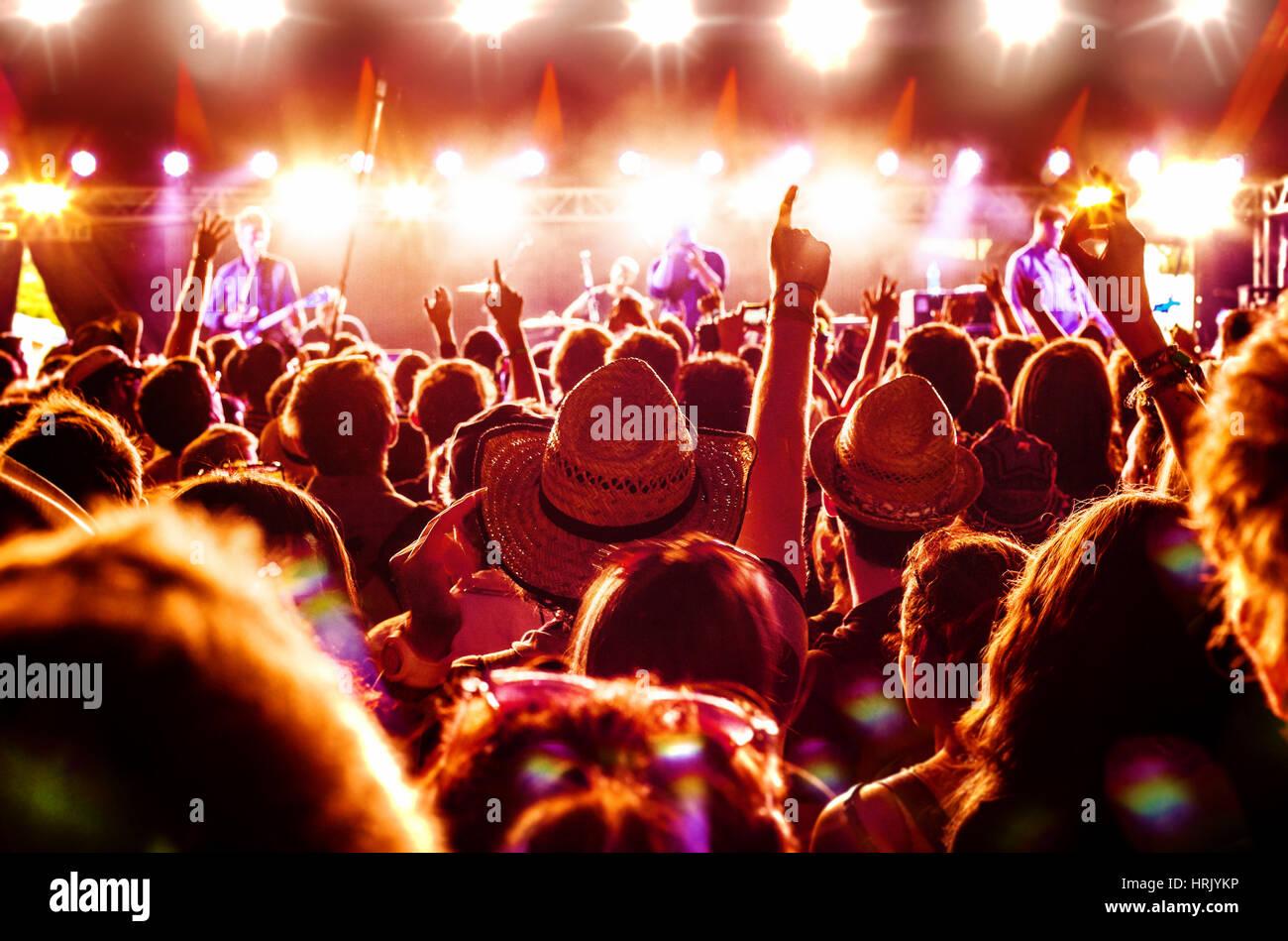 Multitud disfrutando de una banda de rock de actuación en un festival de música Imagen De Stock