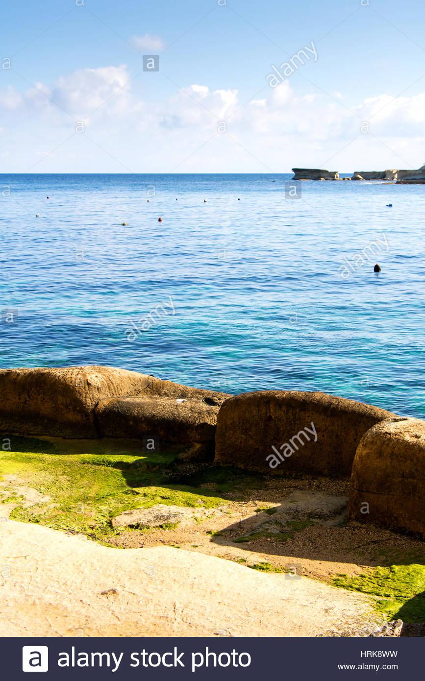 Vista de la costa del mar Mediterráneo entre Gozo y Malta. Claro profundas aguas azules, un vasto océano vista bajo Foto de stock