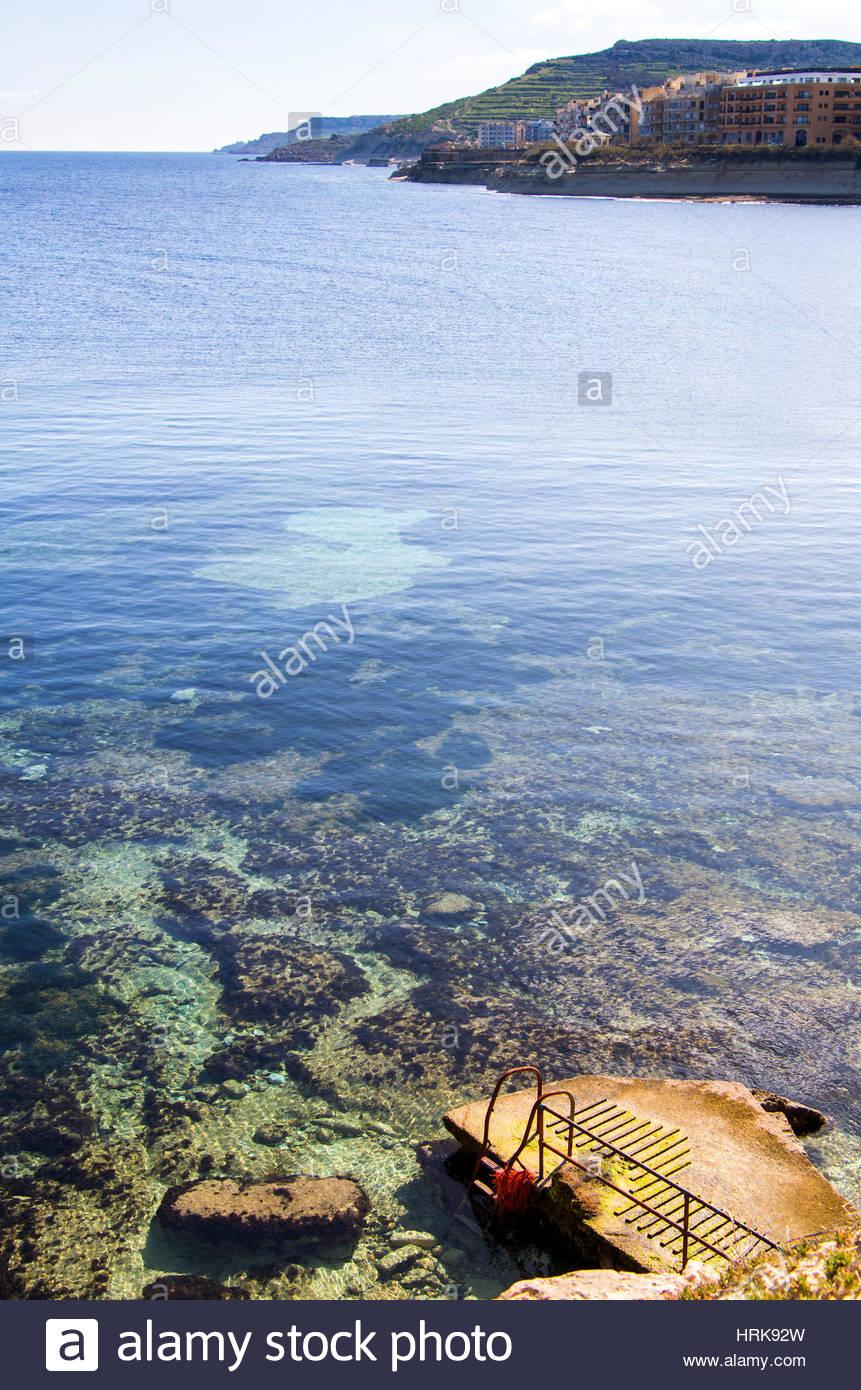 Vista de la costa del mar Mediterráneo entre Gozo y Malta. Claro profundas aguas azules, un vasto océano Imagen De Stock