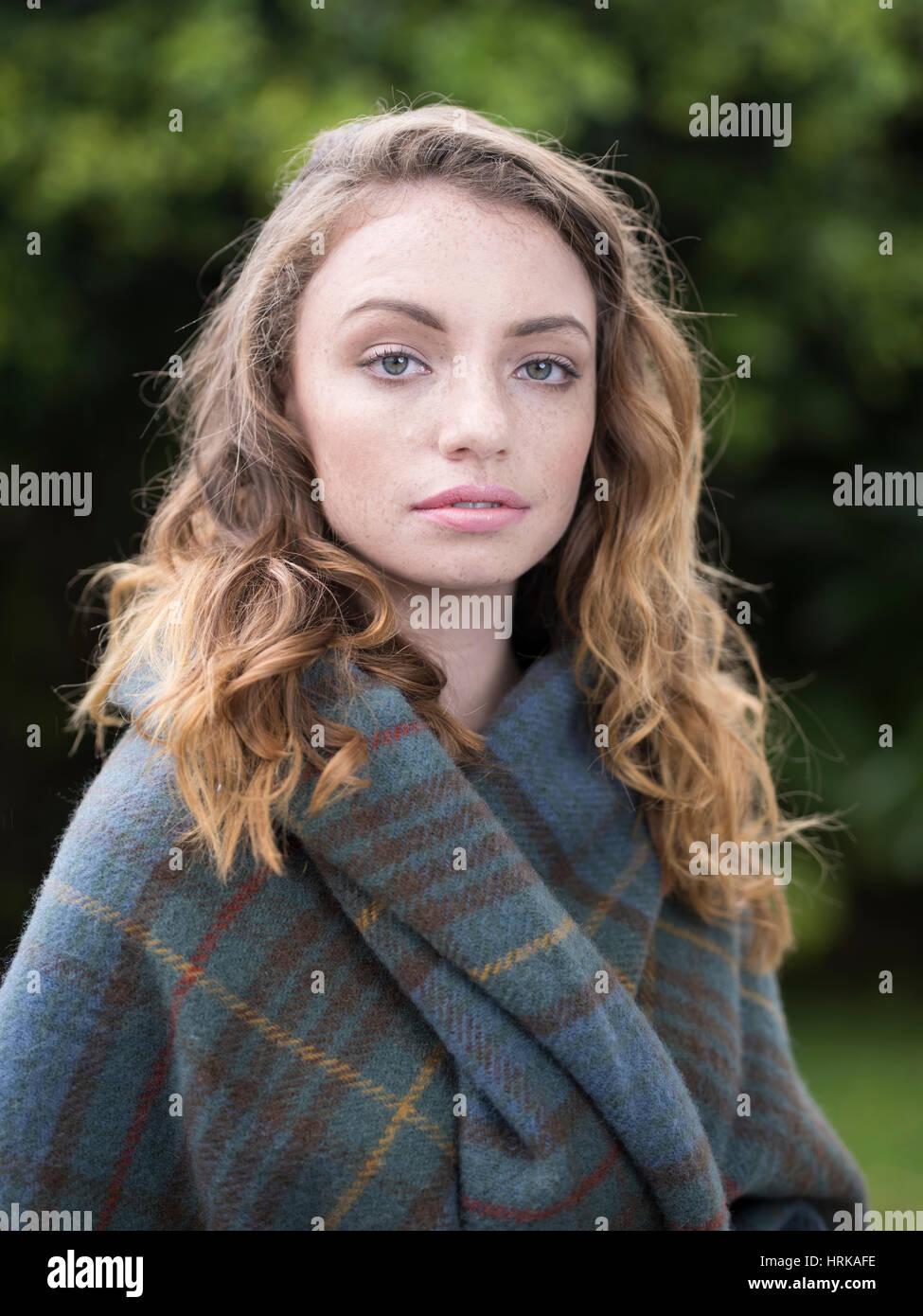 Mujer joven con la caza de antigüedades Stewart tartan mantón Imagen De Stock