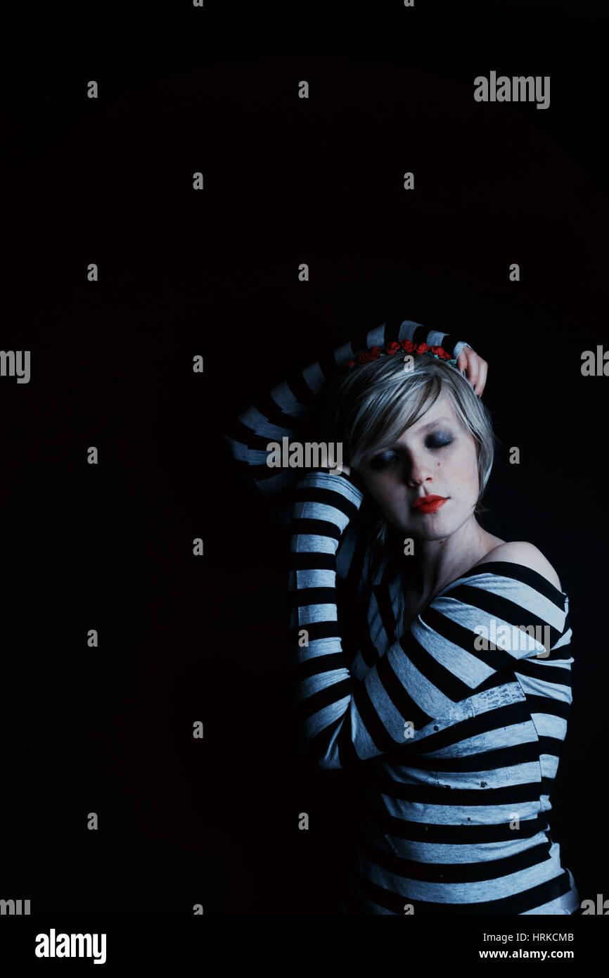 Retratos oscuros de una mujer rubia emo Foto de stock