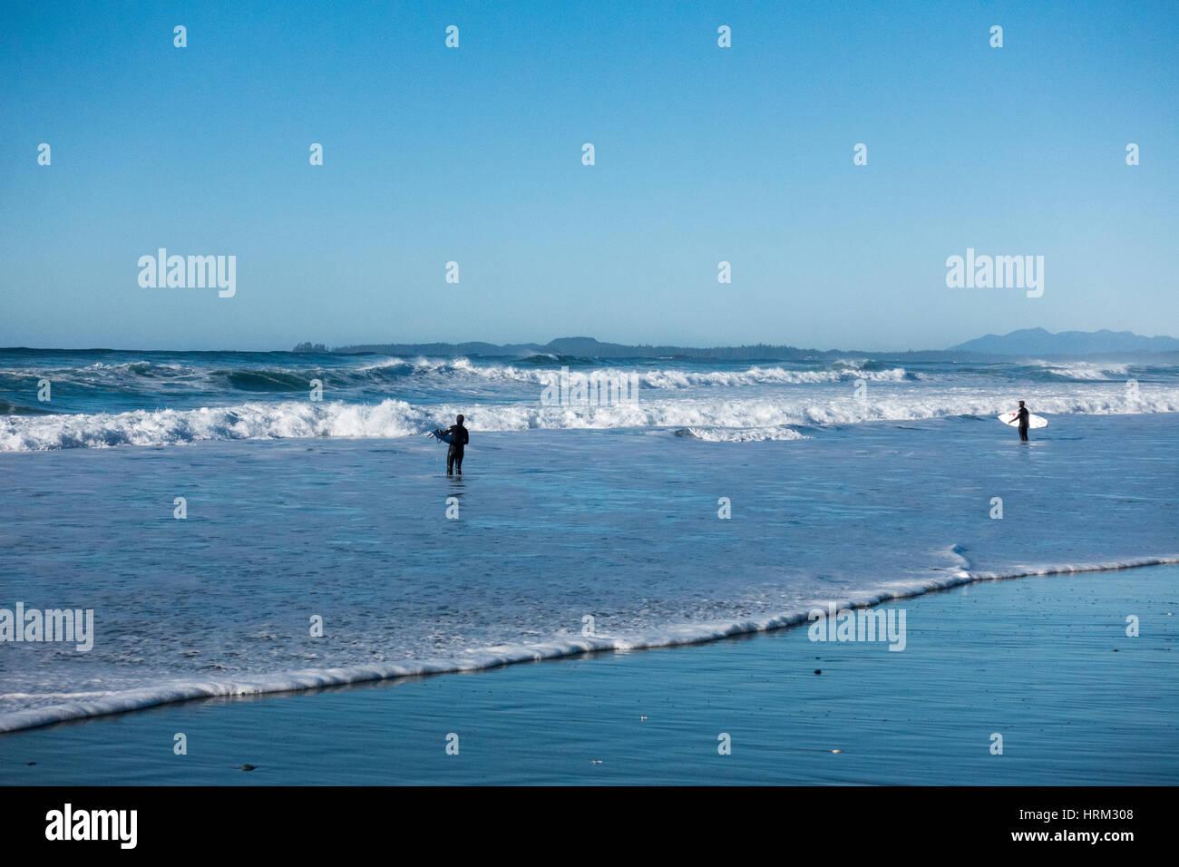 Surfista en Long Beach, Tofino, Columbia Británica Foto de stock