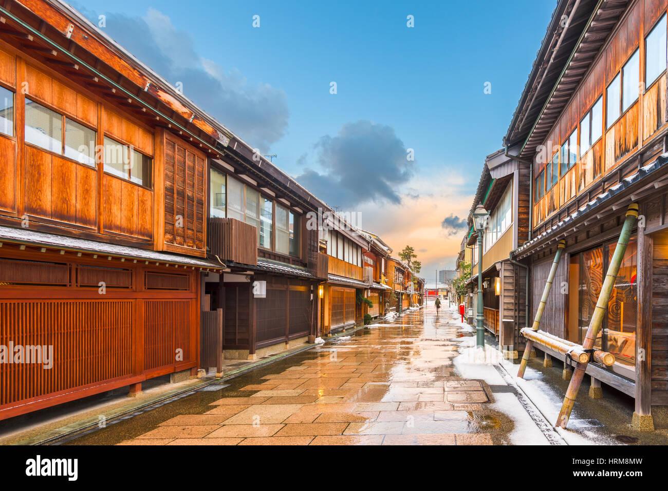 Kanazawa, Japón, en el histórico distrito Nishi chaya en el invierno. Imagen De Stock