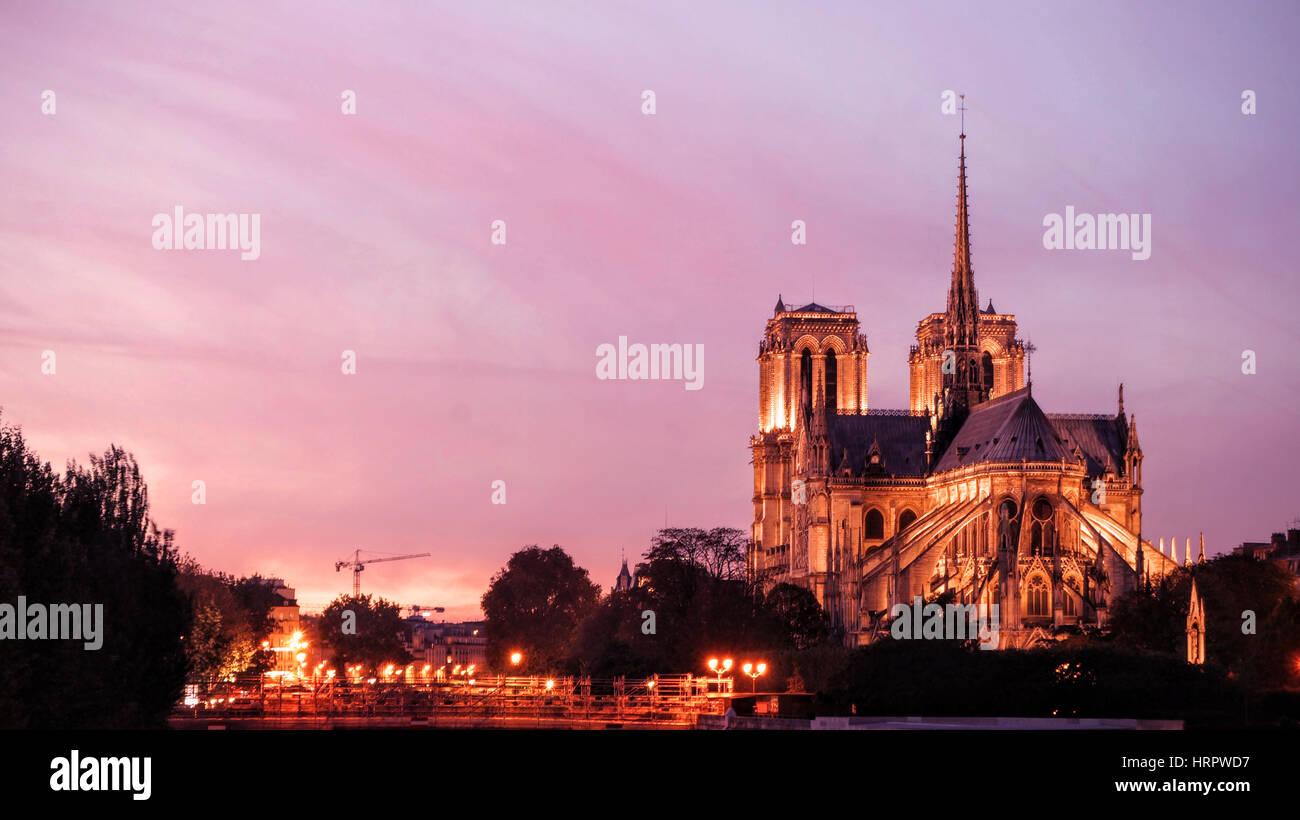 La catedral de Notre Dame de París por la noche Imagen De Stock