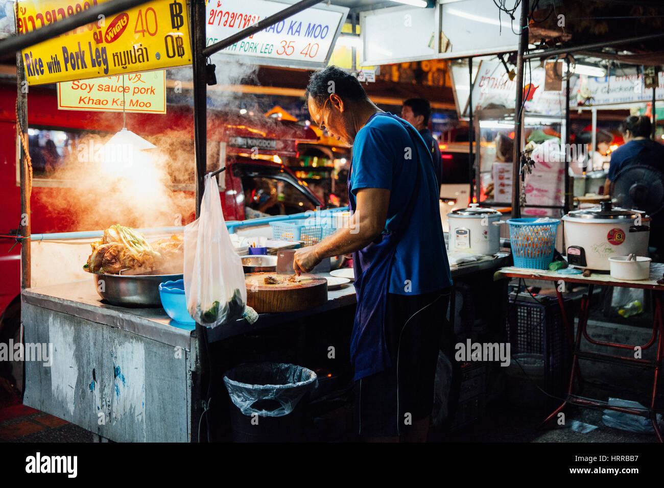 Chiang Mai, Tailandia, 27 de agosto de 2016: el hombre la cocción de los alimentos en el mercado del sábado Imagen De Stock