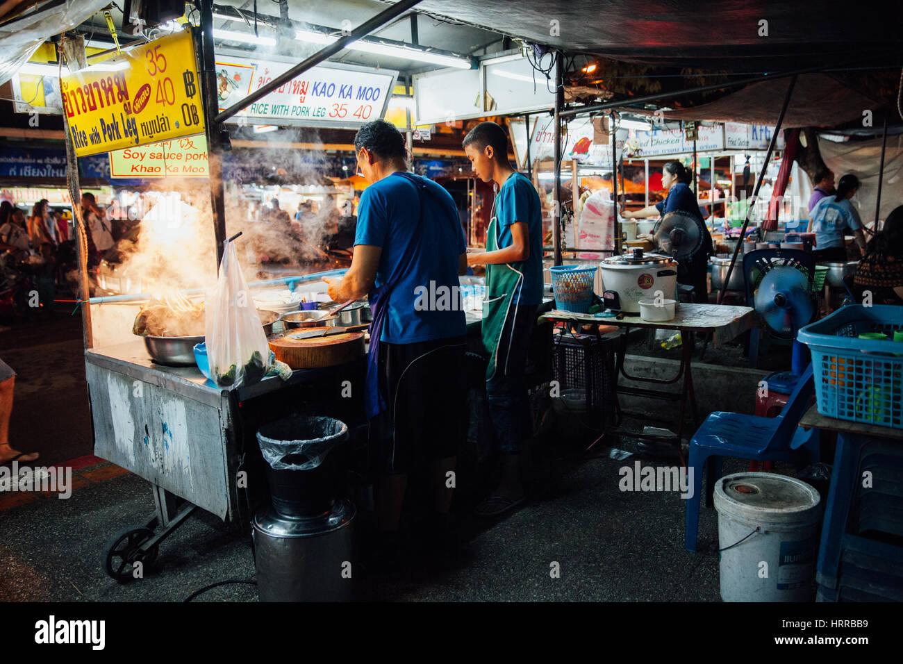 Chiang Mai, Tailandia, 27 de agosto de 2016: el padre sol y la cocción de los alimentos en el mercado del sábado Imagen De Stock