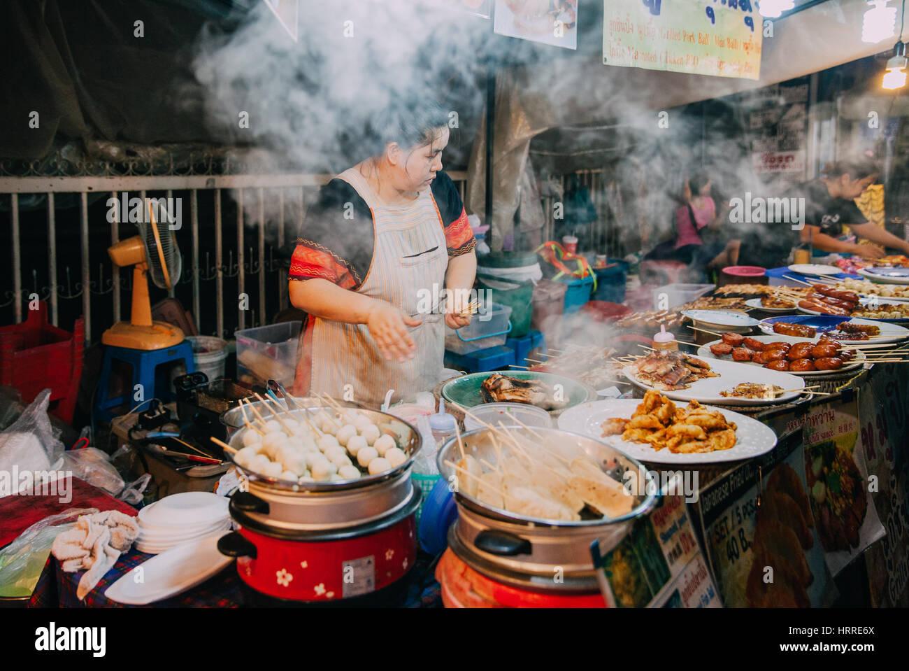 Chiang Mai, Tailandia, 27 de agosto de 2016: La mujer cocina tailandesa de alimentos para la venta en el mercado Imagen De Stock