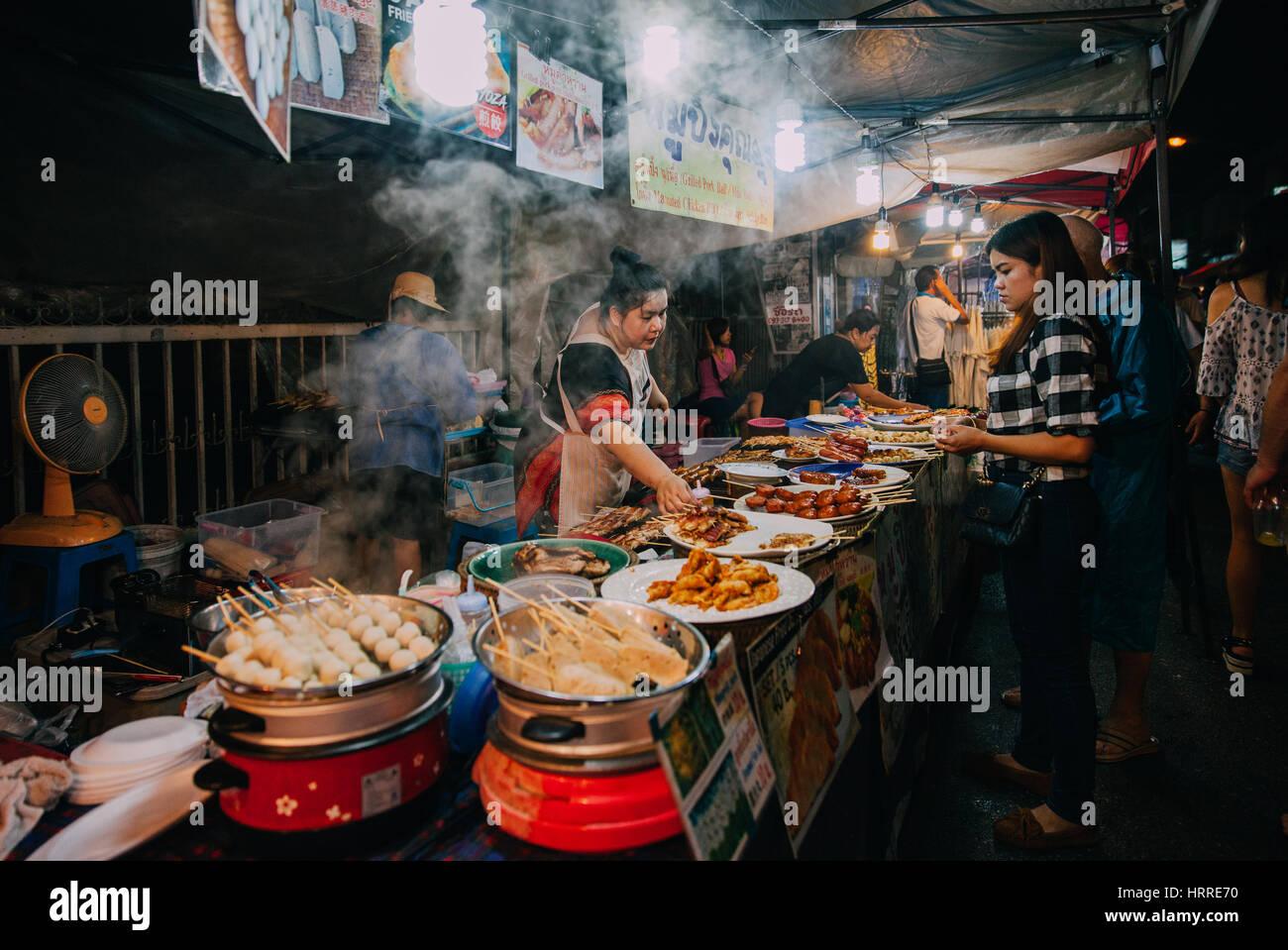 Chiang Mai, Tailandia, 27 de agosto de 2016: mujer tailandesa de ventas en el mercado del sábado noche, el Imagen De Stock