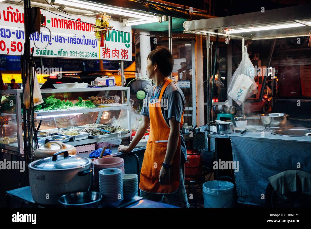 Chiang Mai, Tailandia, 27 de agosto de 2016: vendedor de comida espera a los clientes en el mercado del sábado Imagen De Stock