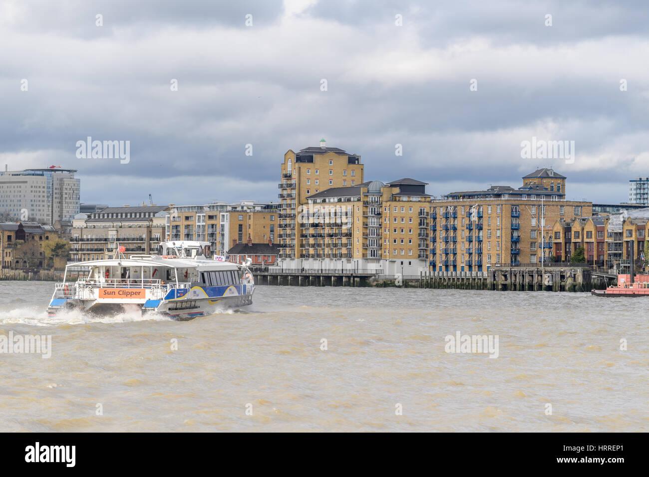 Ferry desde Canary Wharf hasta el Hilton Docklands, el río Támesis de Londres. Imagen De Stock