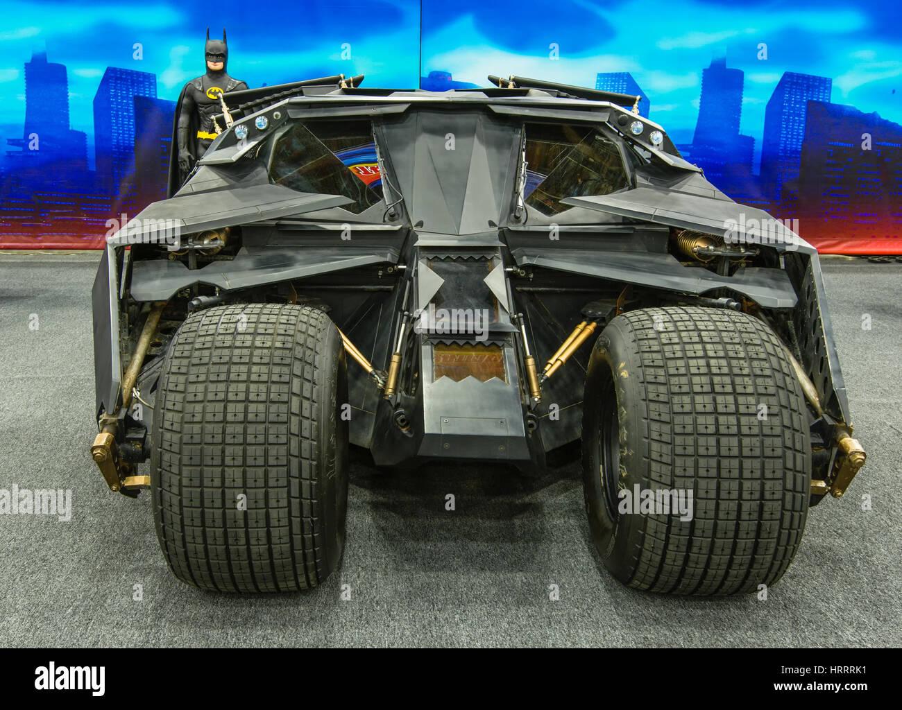 DETROIT, MI - 8 de marzo: Batman y el 2005 General Motors 'Jet Engine' Batimóvil de 'Batman Begins' Imagen De Stock