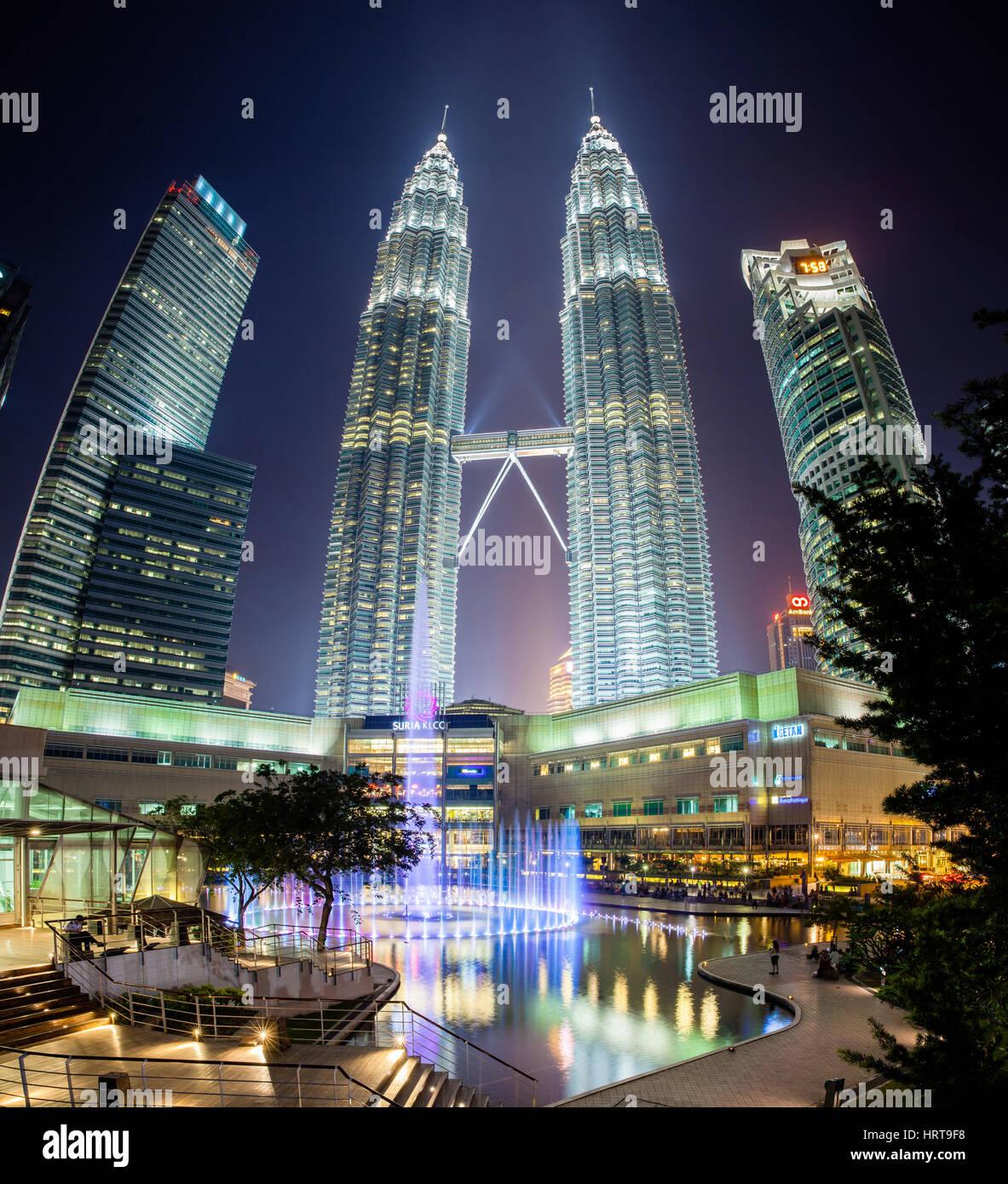 Kuala Lumpur, Malasia - El 24 de julio 2014: Fuente show nocturno en frente de las Torres Petronas y el centro comercial Imagen De Stock