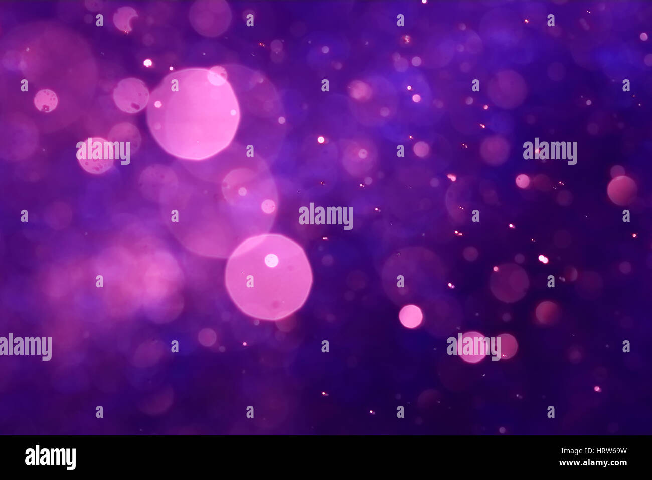Rosa bokeh de fondo abstracto púrpura causada por el agua de pulverización. Foto de stock