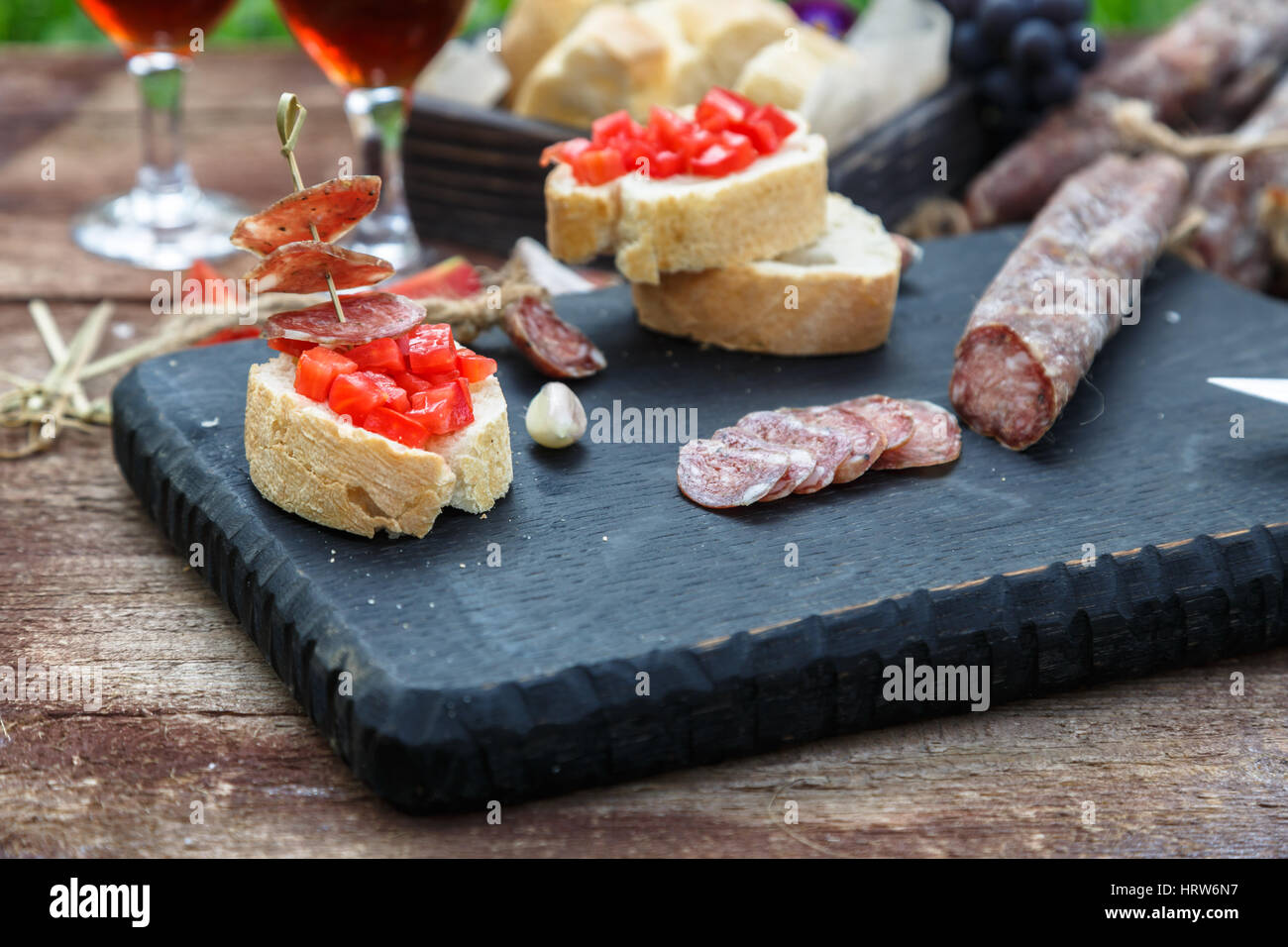 Haciendo pintxos, tapas, canapés español parte finger food Foto de stock