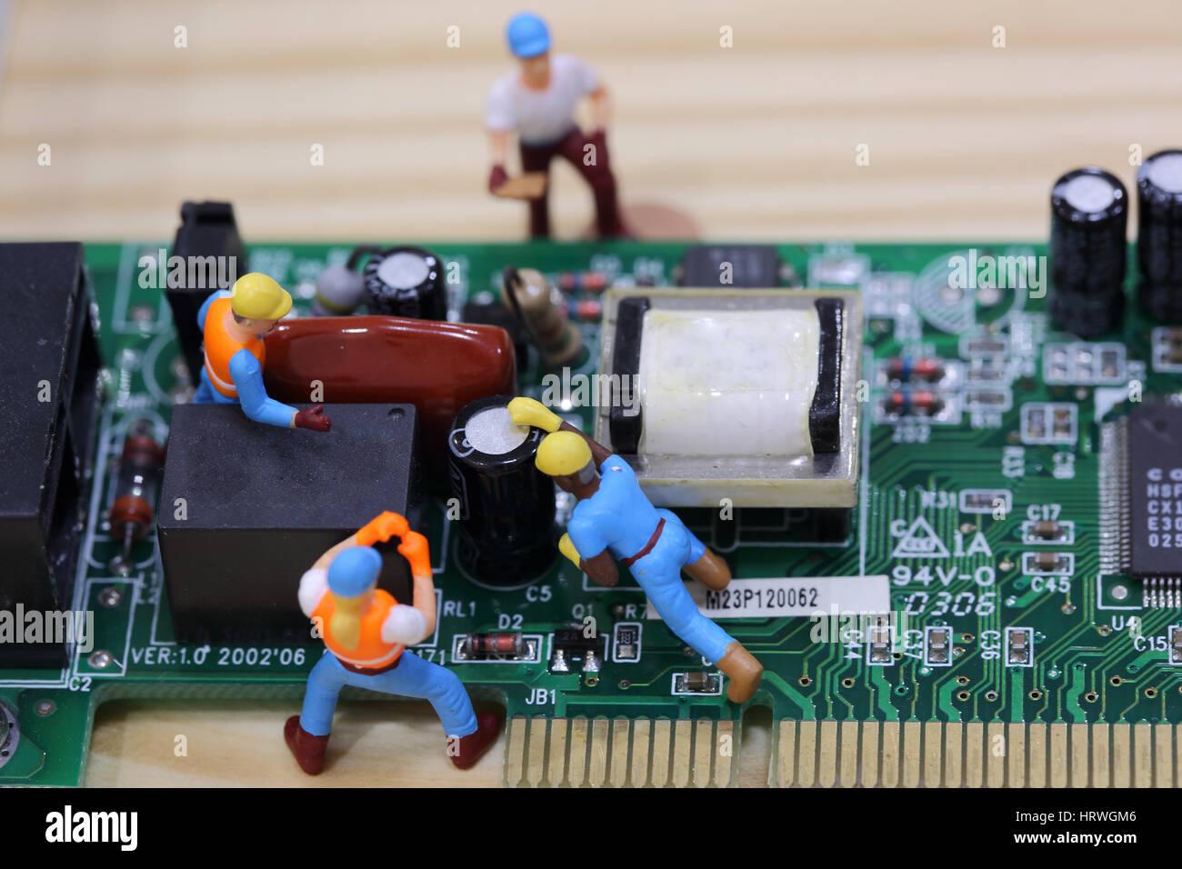 El enfoque selectivo de ingeniero en miniatura y trabajador fijo y mantenimiento de equipo de placa principal. Foto de stock