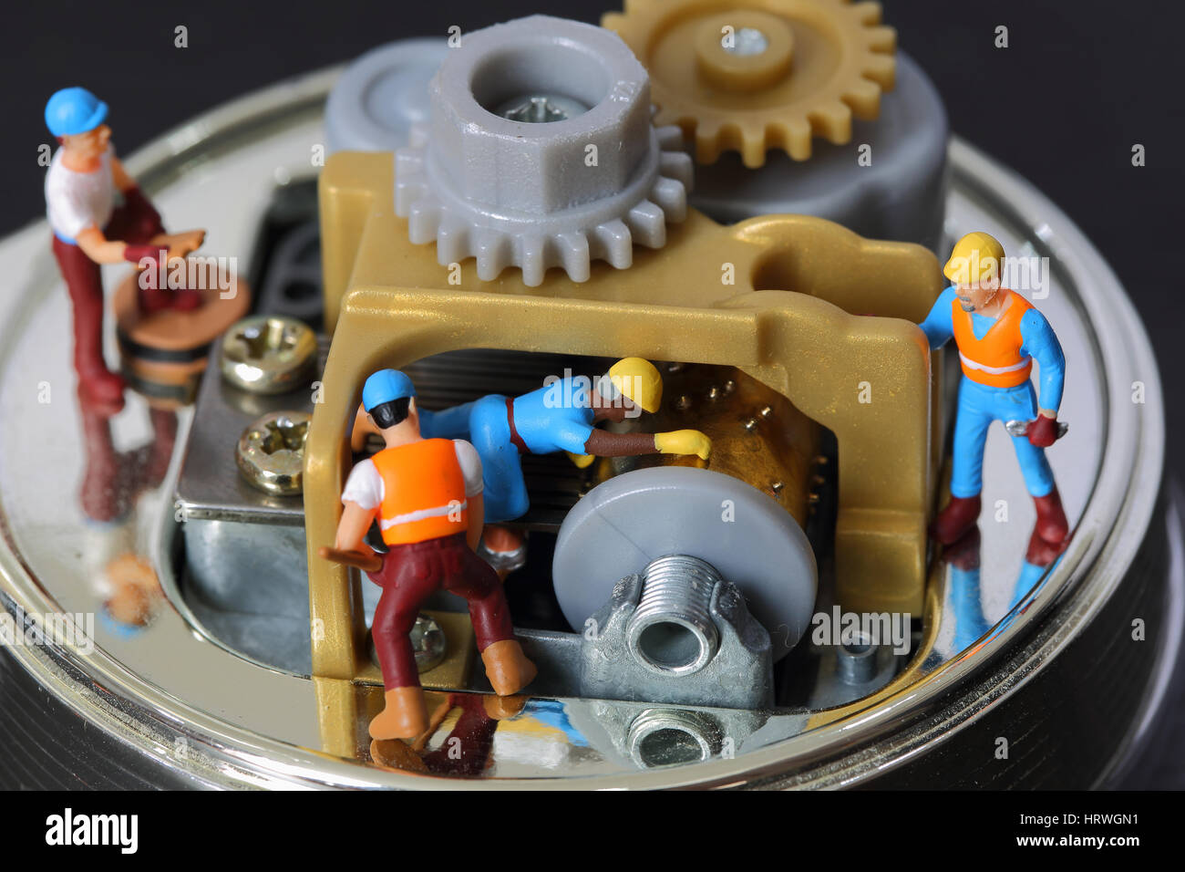 El enfoque selectivo de ingeniero en miniatura y trabajador fijo y reparar caja musical, el uso de información del Foto de stock