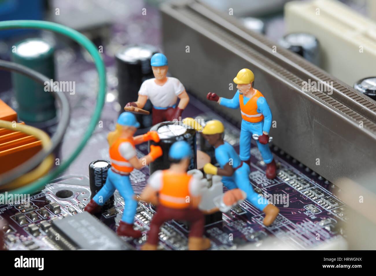 El enfoque selectivo de ingeniero en miniatura y el trabajador fijo y el chip de la placa base y el uso del equipo Foto de stock