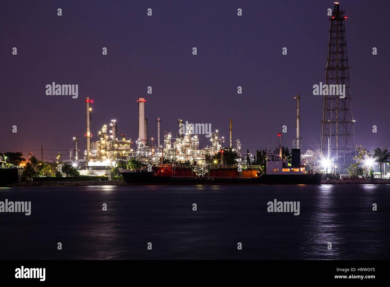 La industria de refinería de petróleo en la planta de noche. Foto de stock