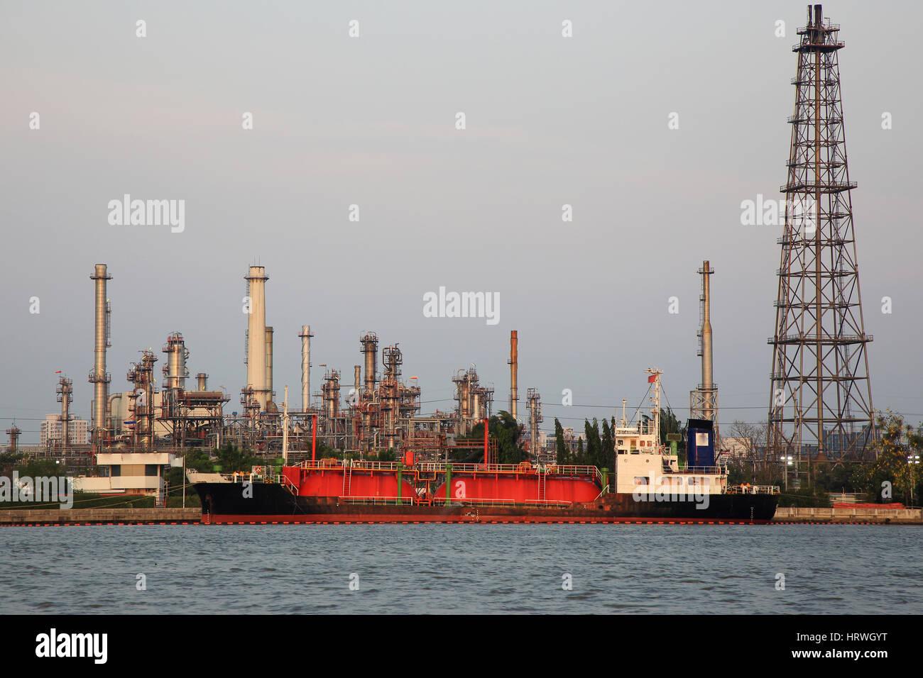 Planta de la industria de refinería de petróleo en la noche. Foto de stock