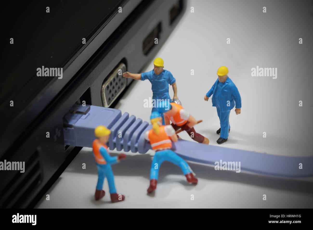 El enfoque selectivo de ingeniero en miniatura y trabajador instalar cable LAN al ordenador y utilizar para negocios Foto de stock