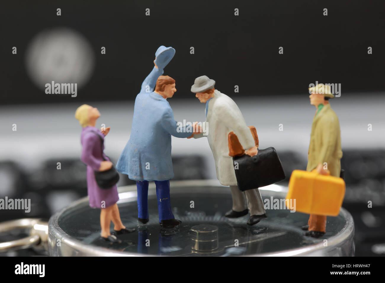 El enfoque selectivo de turista en miniatura apretón de manos como bienvenida y concepto de viaje. Foto de stock