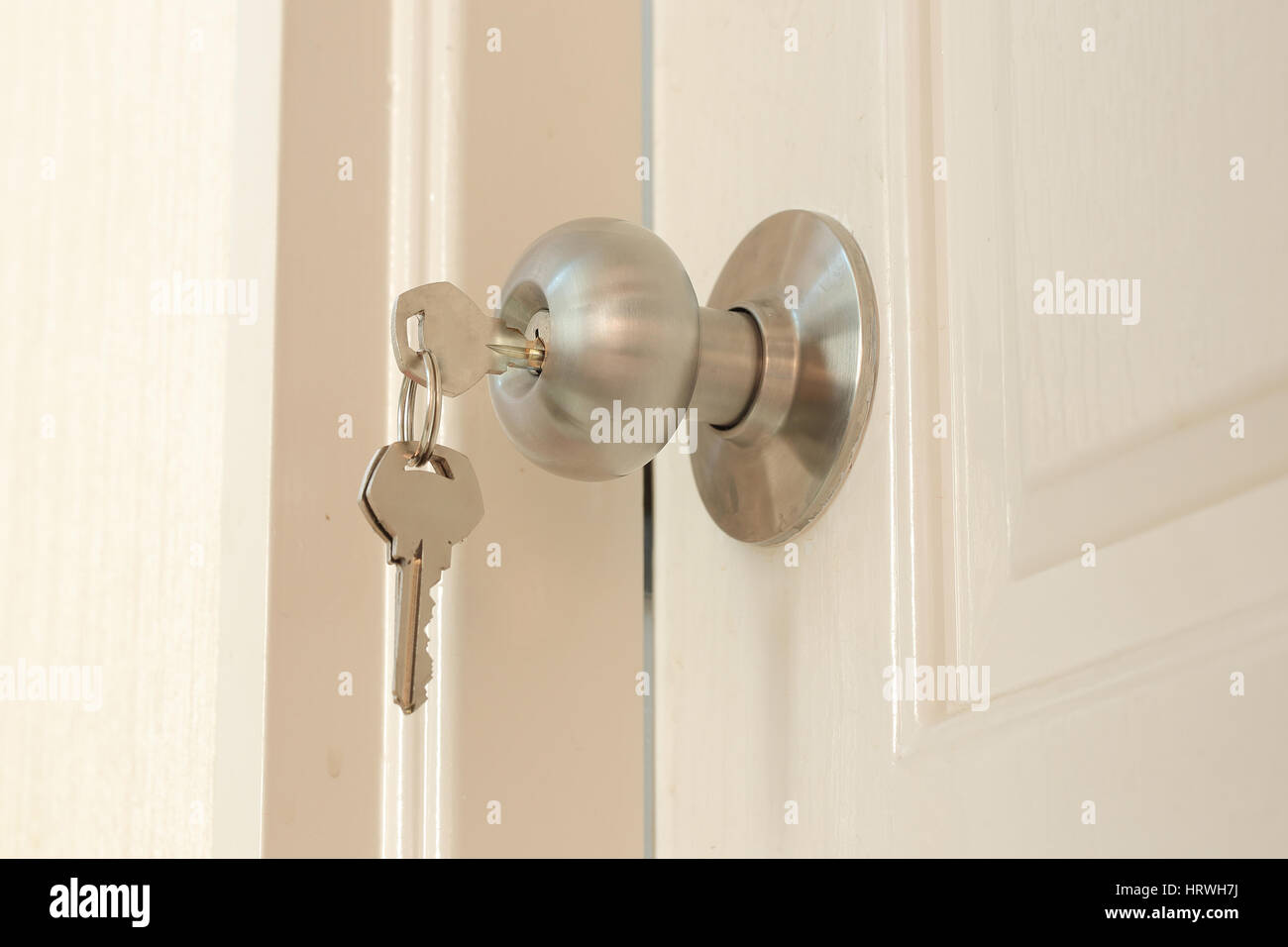 Insertar clave y mantenga en acero inoxidable balón redondo pomo de puerta Foto de stock