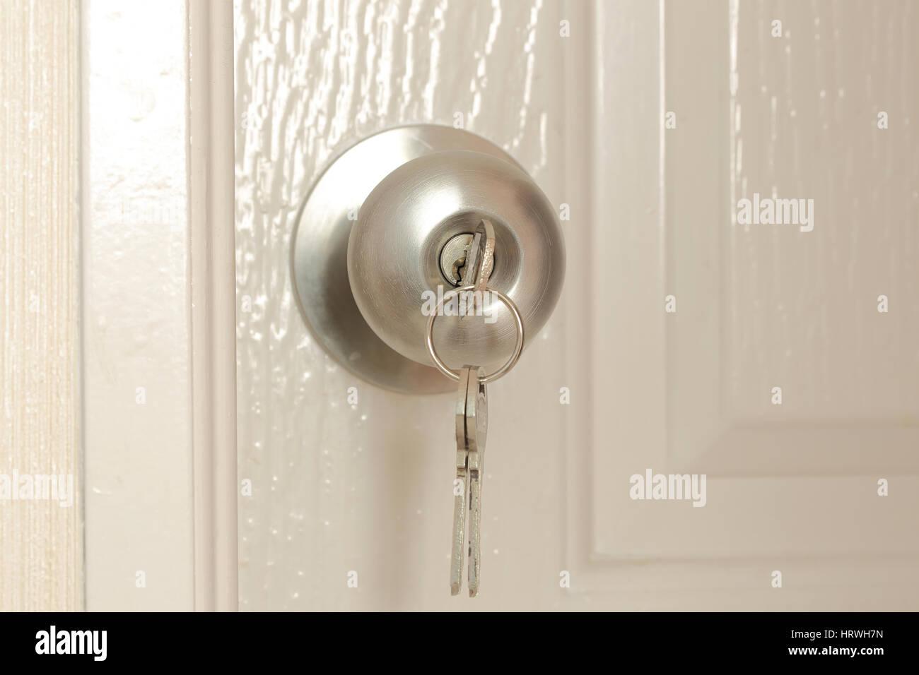 Insertar la clave para desbloquear en acero inoxidable balón redondo pomo de puerta Foto de stock