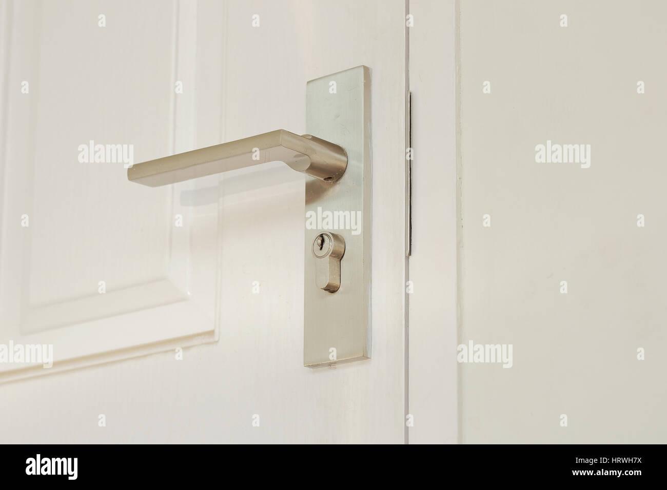La perilla de la puerta metálica blanca horizontal Foto de stock