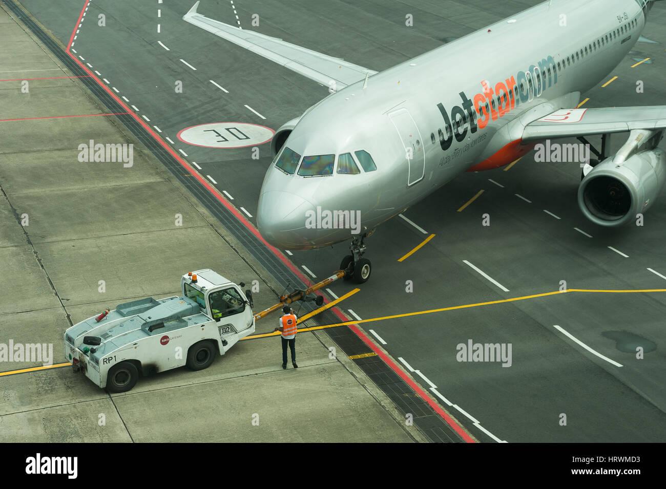 25.01.2017, Singapur, República de Singapur, Asia - un avión en la plataforma de la Terminal 1 en el Aeropuerto de Changi de Singapur. Foto de stock