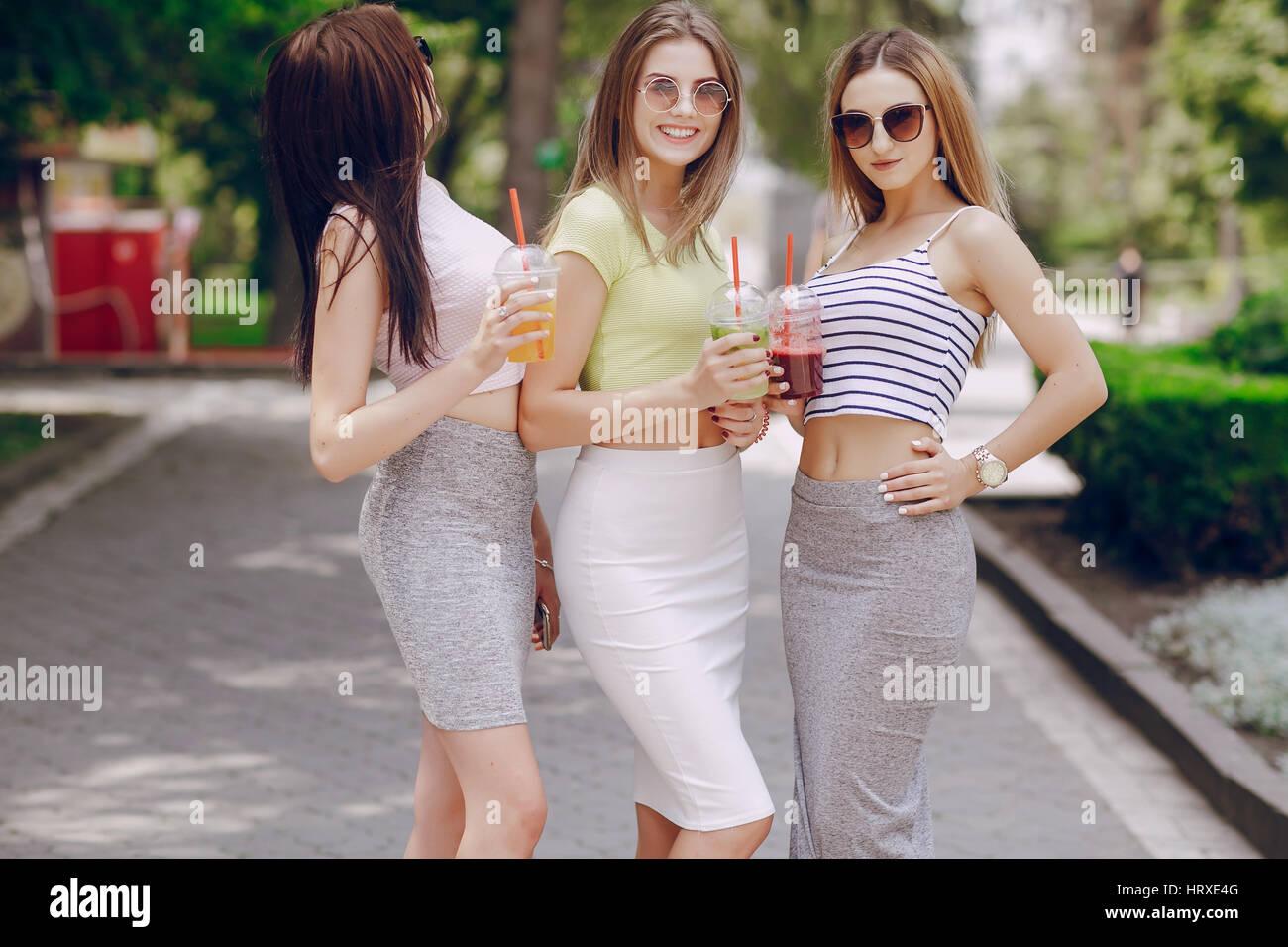 Tres jvenes modelos estn caminando alrededor de la ciudad en un tres jvenes modelos estn caminando alrededor de la ciudad en un da caluroso de verano altavistaventures Image collections