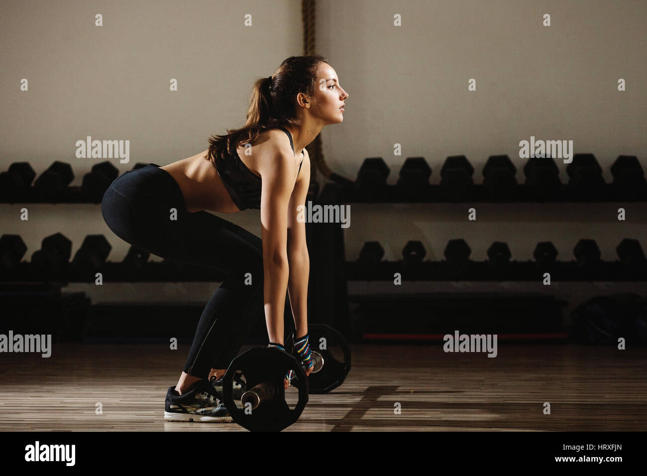 Mujer fitness halterofilia deadlift. Niña modelo Fitness pesas en el gimnasio. Imagen De Stock