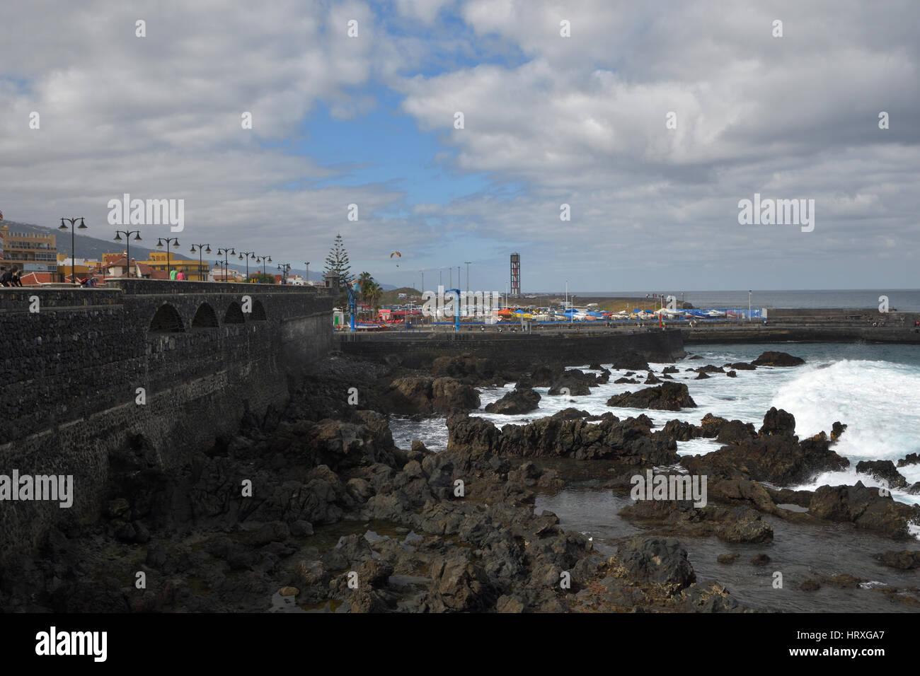 Puerto en el reflujo de la marea, imagen desde el Puerto de la Cruz Tenerife España. Foto de stock