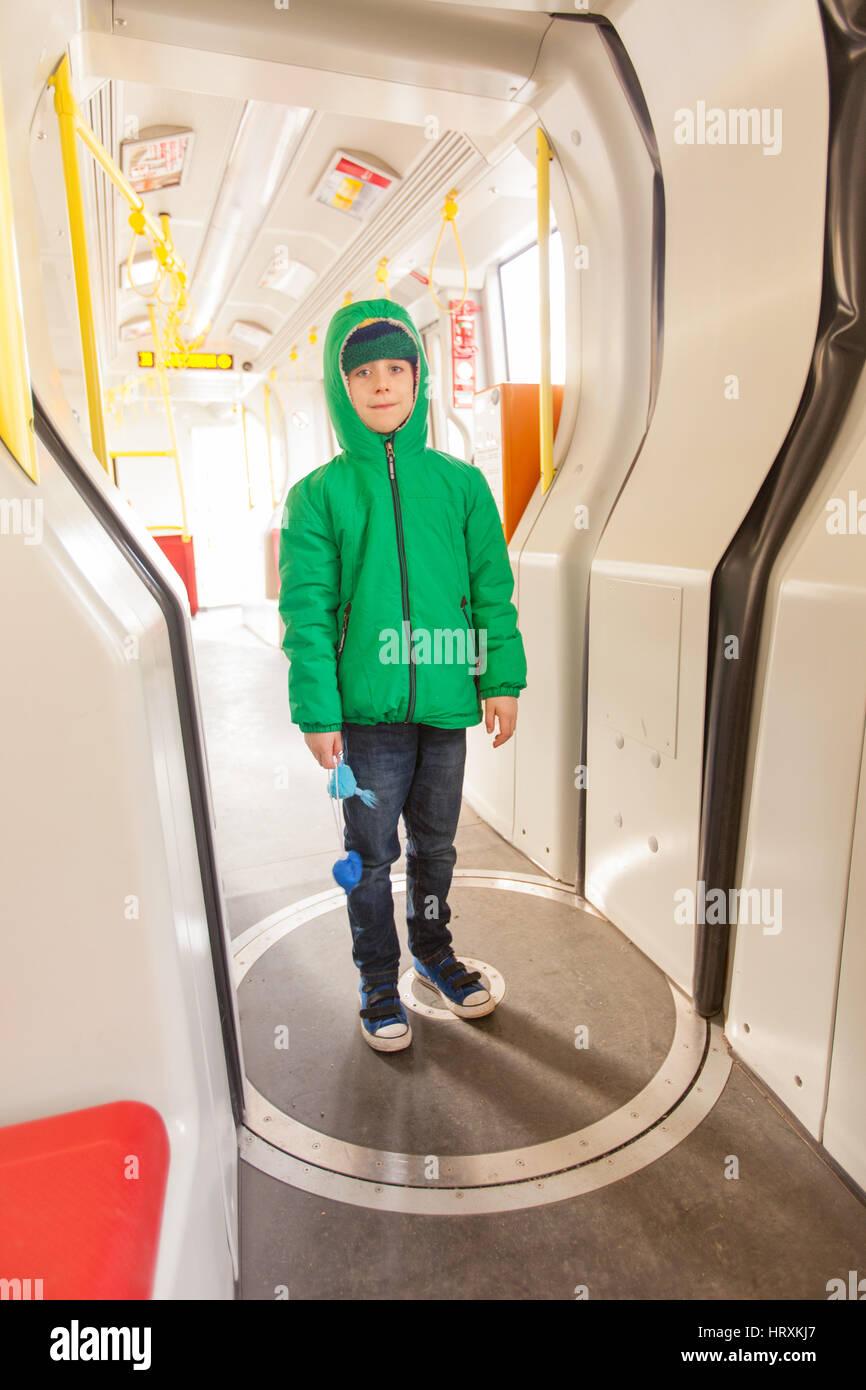 Los siete años de edad en un tranvía en Grinzing, Viena, Austria. Imagen De Stock