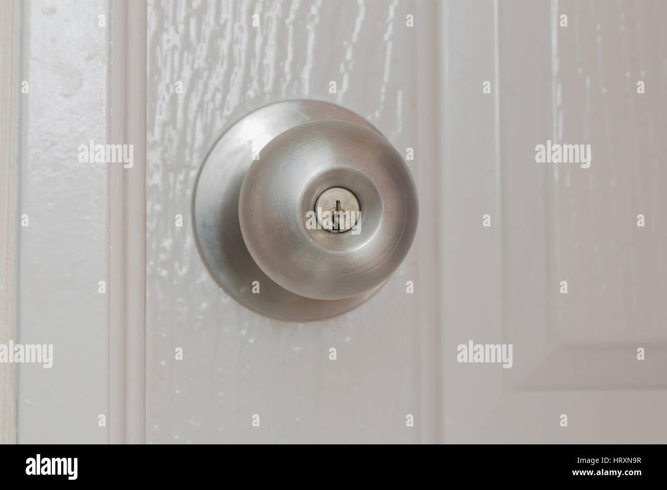 Hermoso balón redondo de acero tainless pomo de la puerta. Foto de stock