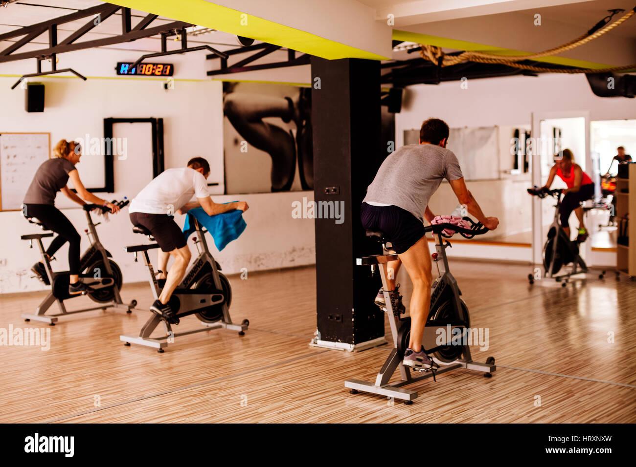 Entrenamiento ciclismo indoor. Grupo weightloss formación. Imagen De Stock