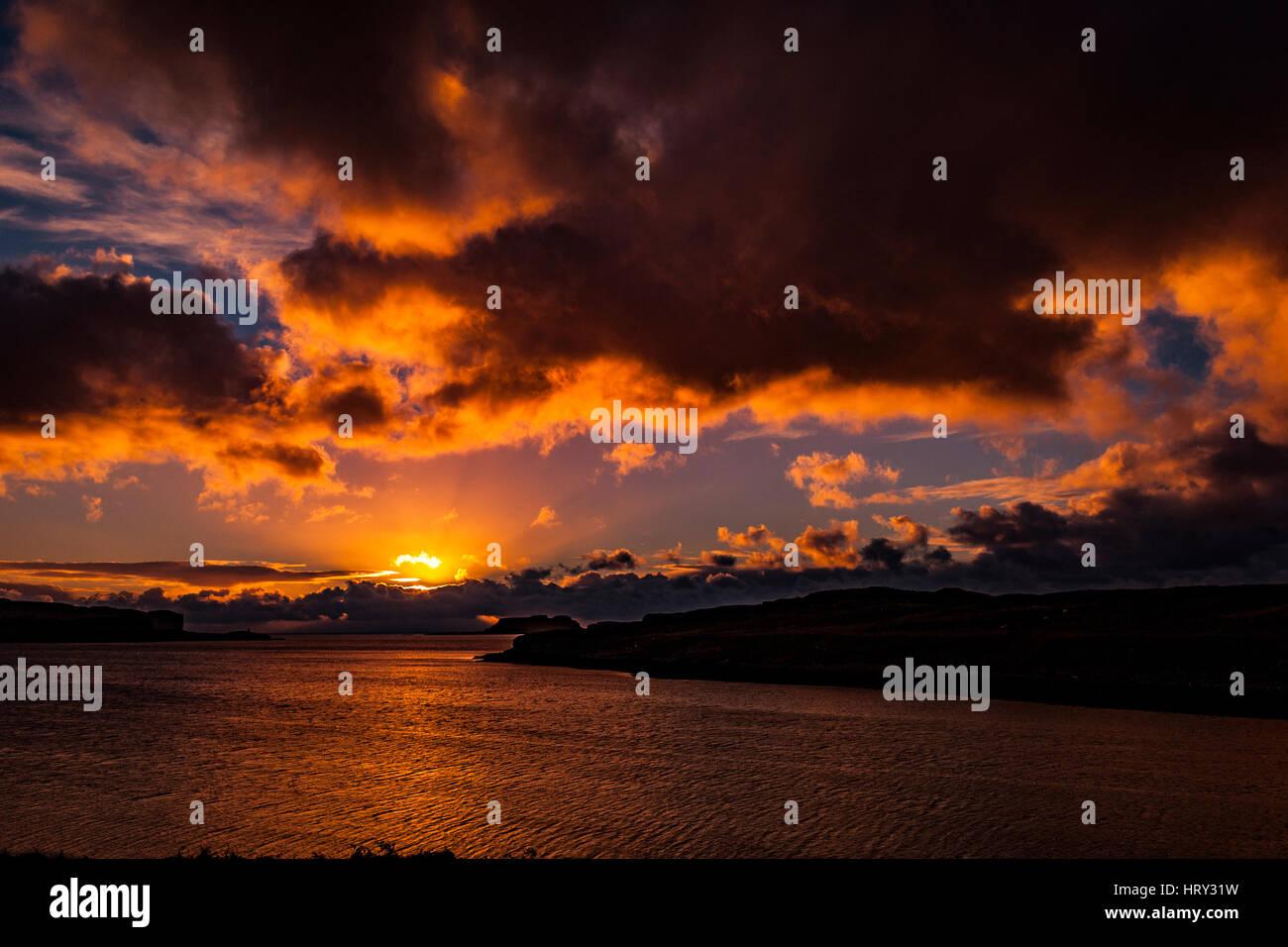 Atardecer con luz crepuscular a través del lago Beag, Isla de Skye, mirando al punto Bracdale Ullinish, Punto, punto y Isle Oronsay Ardtreck Foto de stock