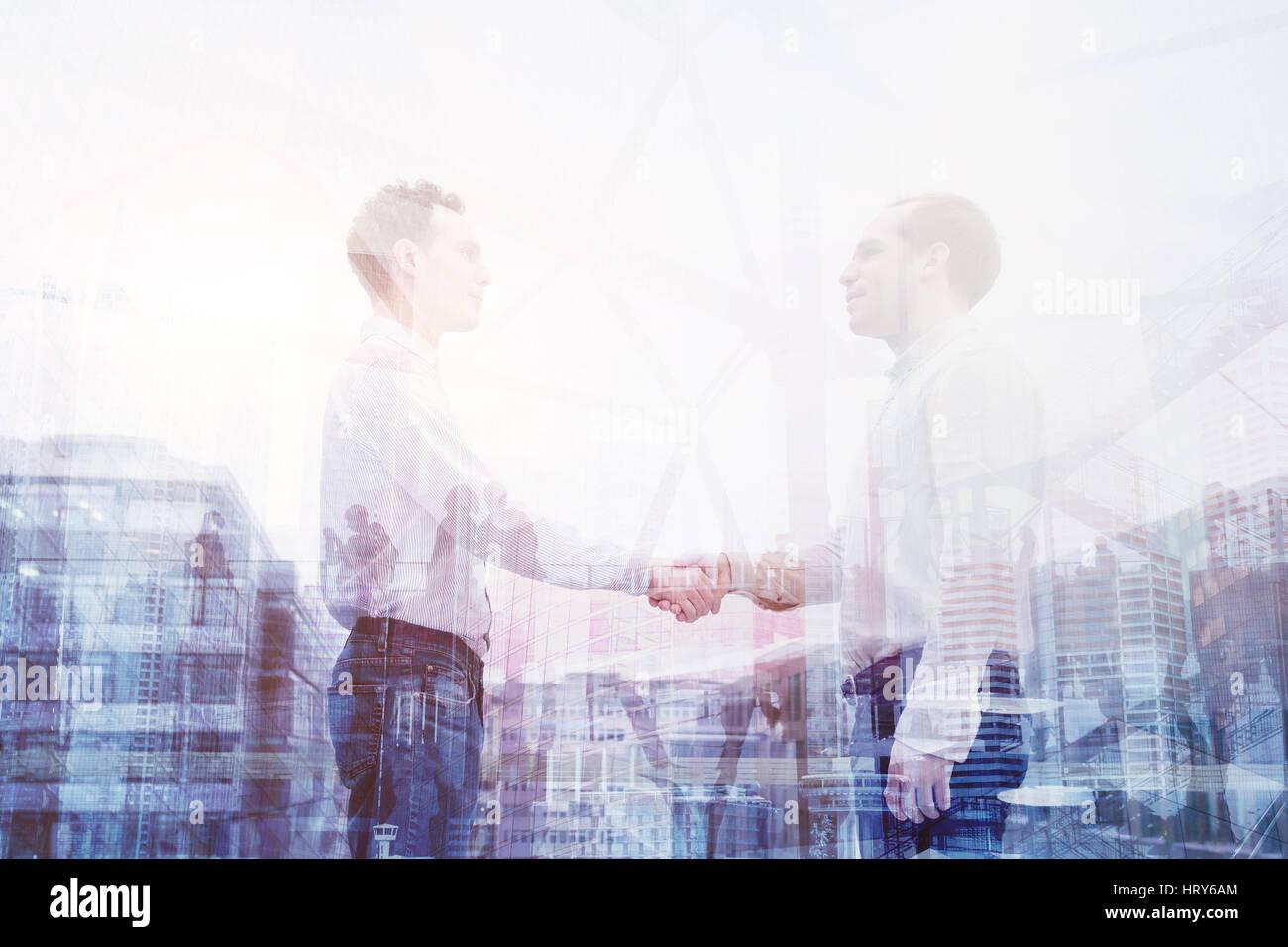 Reparto de las propiedades inmobiliarias, apretón de manos doble exposición, gente de negocios concepto Imagen De Stock