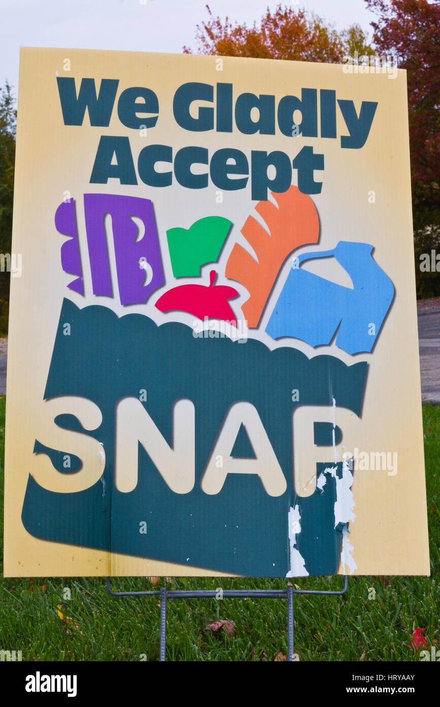 Indianapolis - Circa Noviembre 2013: Un signo en un distribuidor - Aceptamos gustosamente SNAP Imagen De Stock