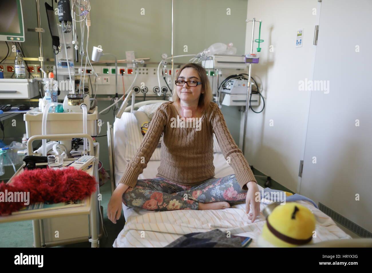 Berlín, Alemania. 6 nov, 2016. Sarah Schoenhoff se sienta en una habitación de paciente en el centro de Imagen De Stock
